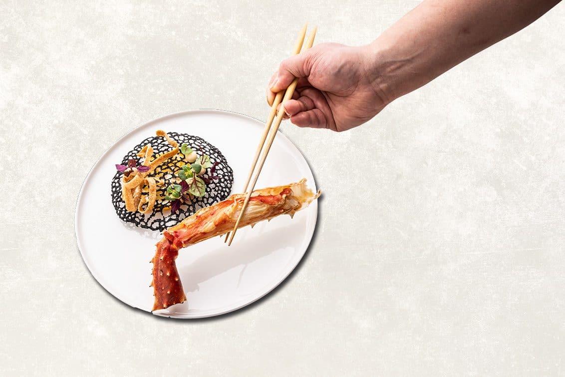 Norwegische Königskrabbe mit Buchweizen-Chip, Zwiebelcreme und Butter-Ponzu-Sauce, Rezept von Yoshizumi Nagaya