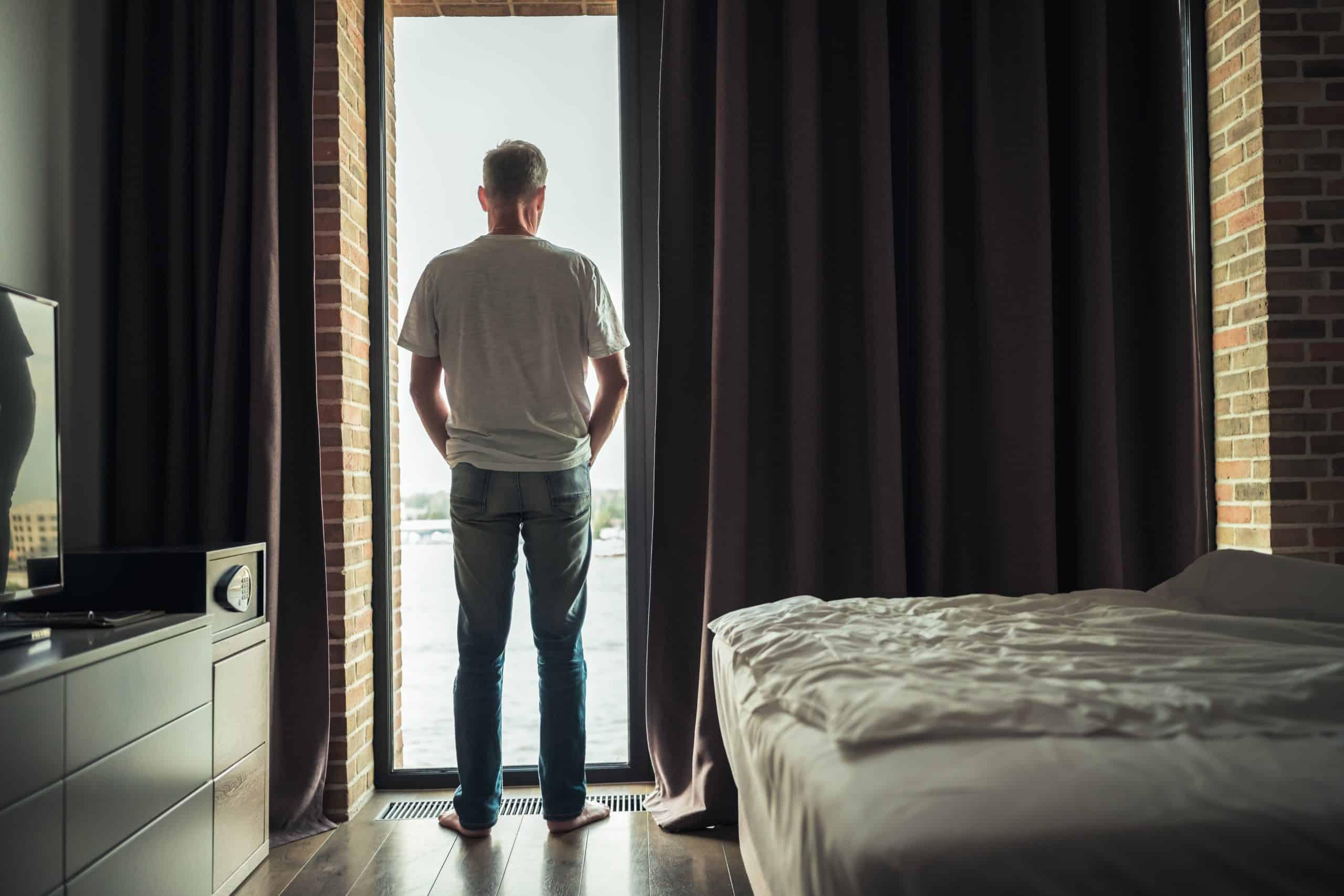 Mann in Hotelzimmer (c) Shutterstock