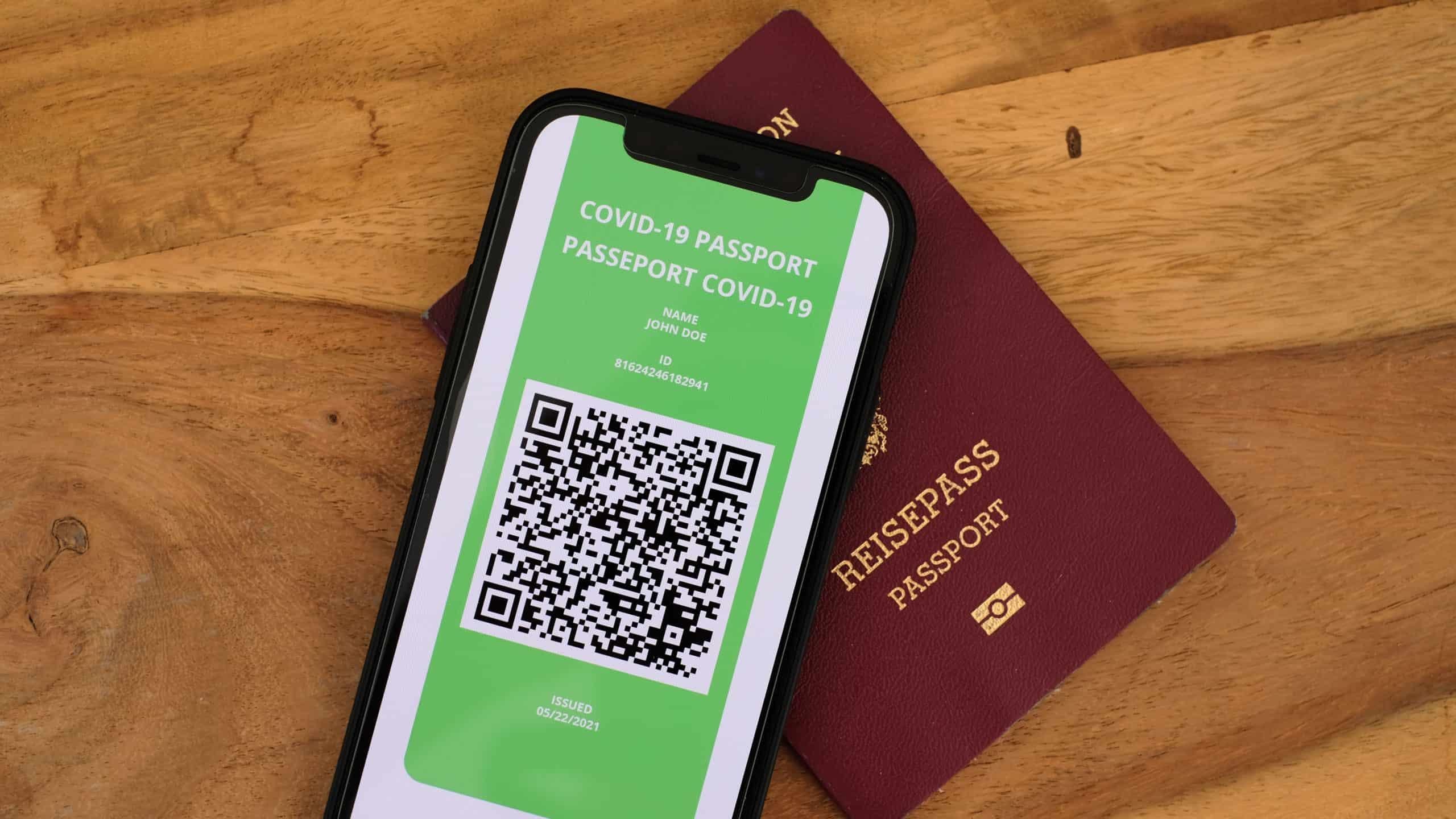 QR-Code am Handy, der als Reisefreigabe dient