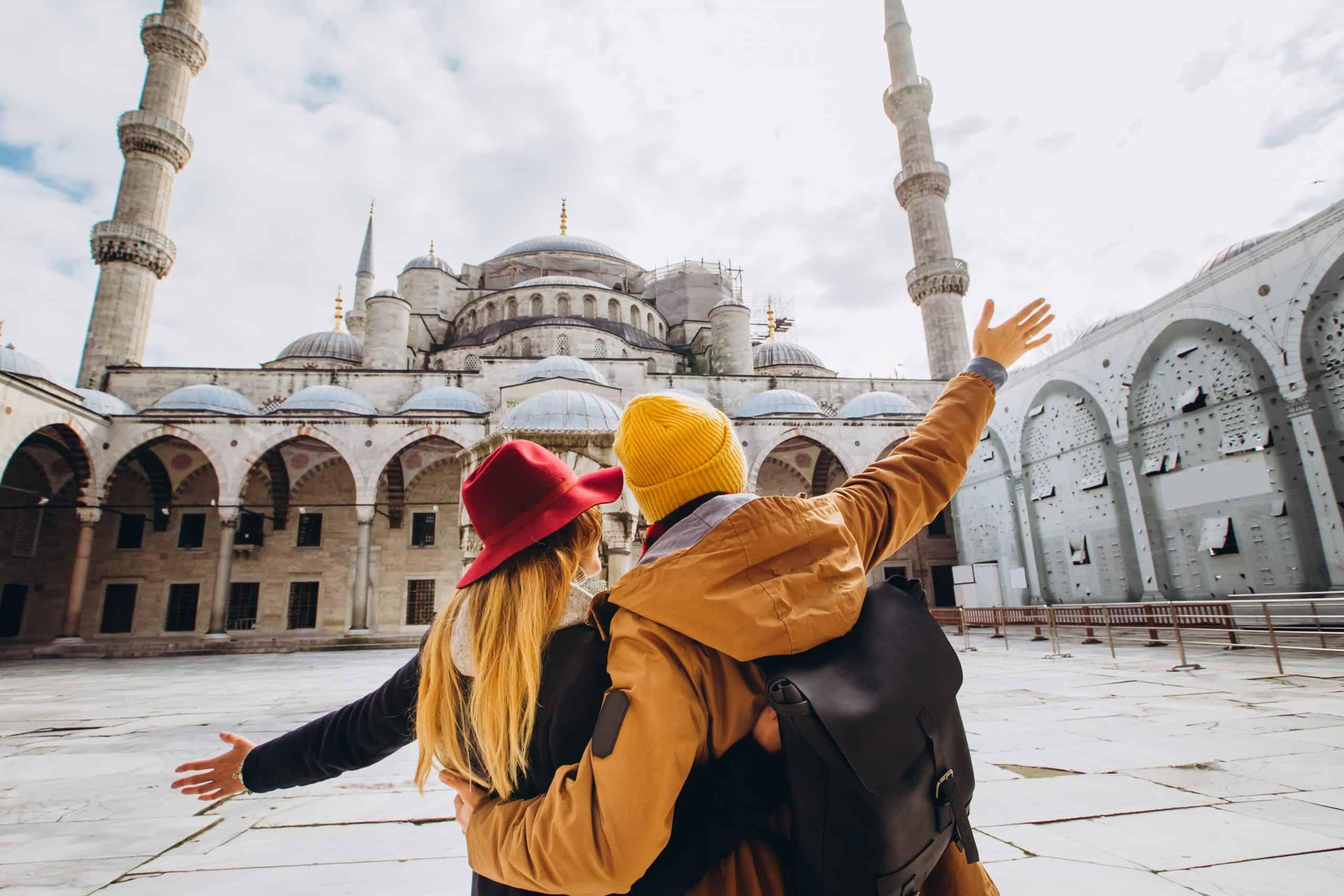 Touristen vor Moschee in Istambul