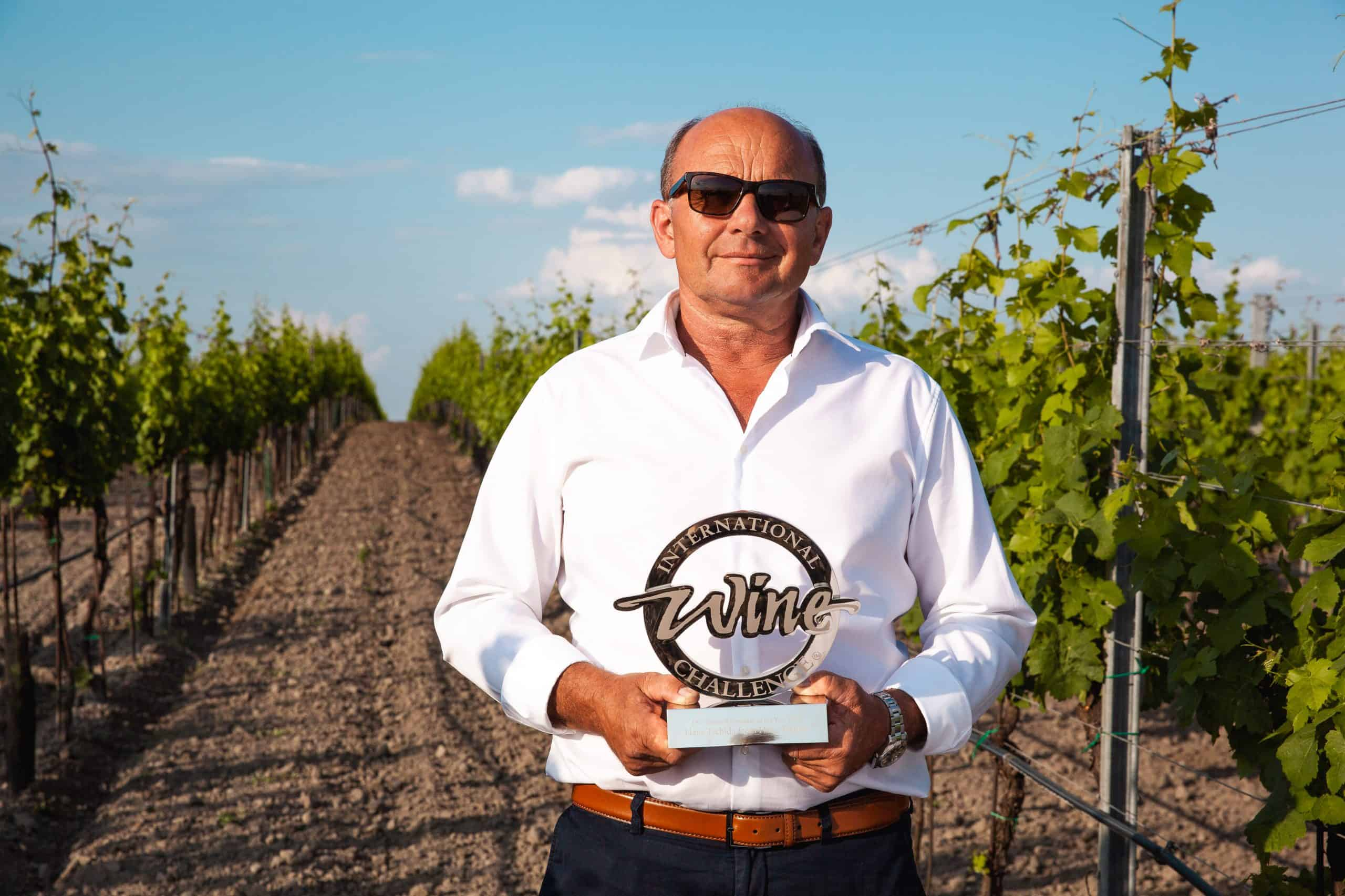 Hans Tschida mit Trophäe der International Wine Challenge